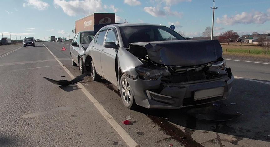 В Удмуртии столкнулись два легковых автомобиля и фура